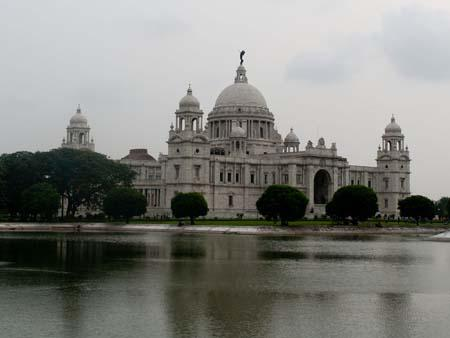 Orthogonal view of the Victoria Memorial Hall over the surrounding lake